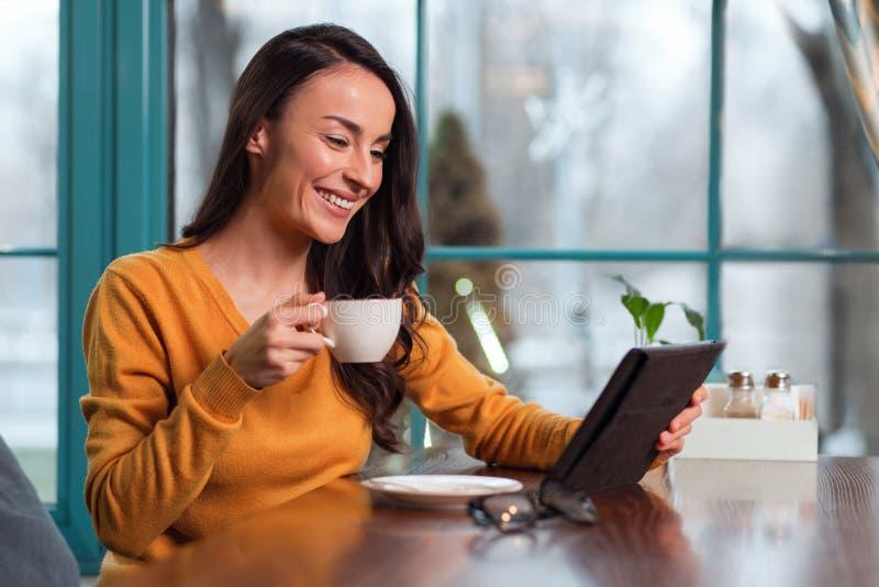 Glad positiv affärskvinna som framlägger på online-mötet royaltyfri foto