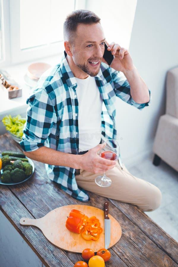 Glad trevlig man som sätter en telefon till hans öra royaltyfri foto