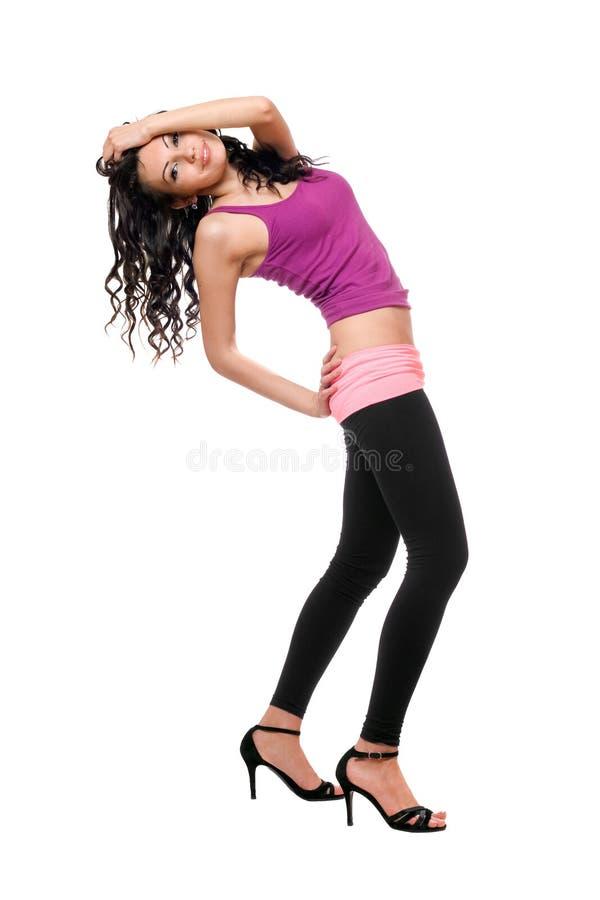 Glad ung brunett i svart damasker arkivfoton