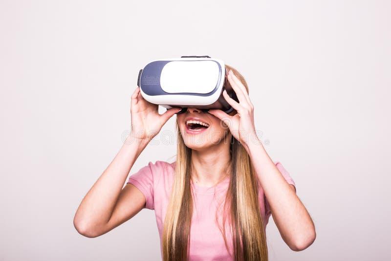 Glad ung flicka som använder en VR-hörlurar med mikrofon arkivfoton