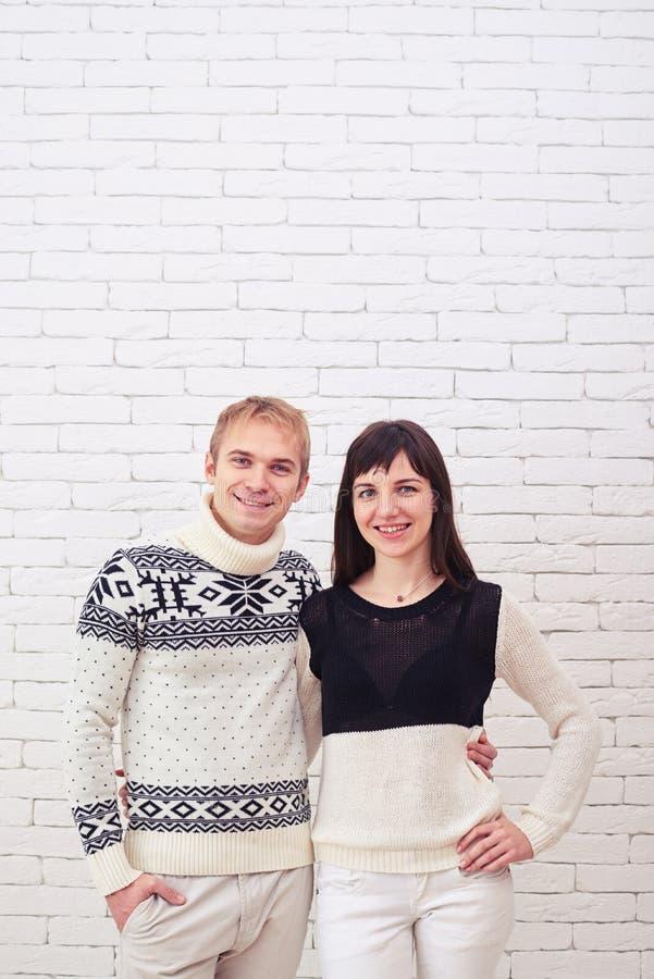 Glad ung fru och hennes make som framme står av den vita brien royaltyfri bild