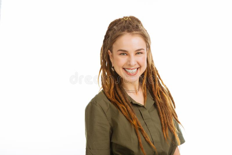 Glad ung kvinna som uttrycker hennes positiva sinnesrörelser arkivbild