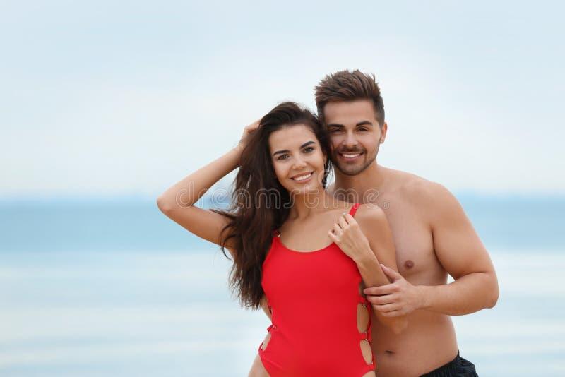 Glad ung tid på stranden royaltyfri bild