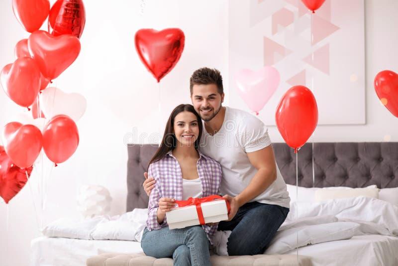 Glad ungdom med hjärtformade ballonger Alla hjärtans dag royaltyfri foto