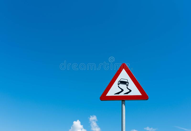 Glad verkeerteken tegen blauwe hemel met witte wolken stock foto