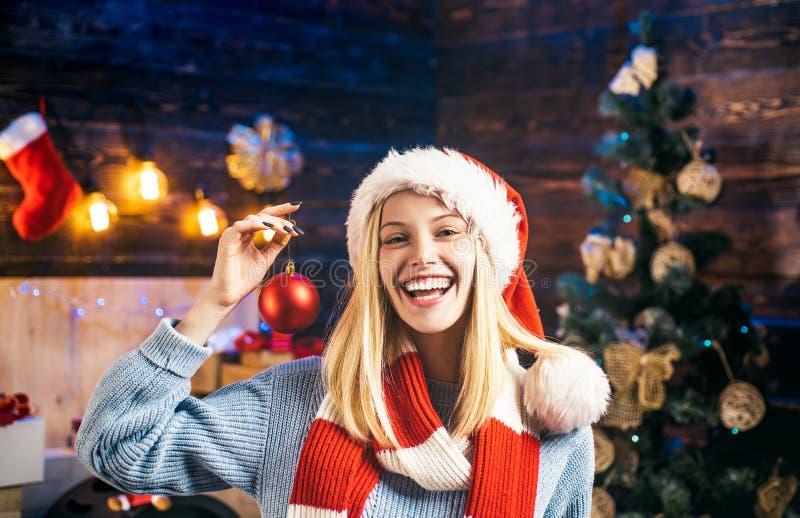 glada lyckliga ferier för jul Den lyckliga flickan dekorerar julgranen inomhus Morgonen för Xmas Stående royaltyfria bilder