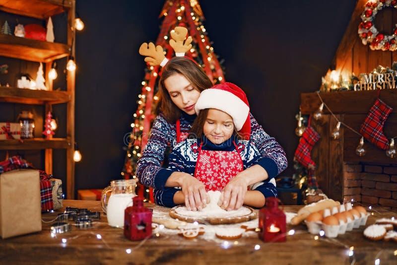 glada lyckliga ferier för jul Kakor för moder- och dottermatlagningjul royaltyfri bild