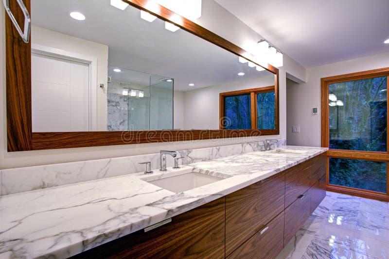 Gladde badkamers met dubbel ijdelheidskabinet stock foto