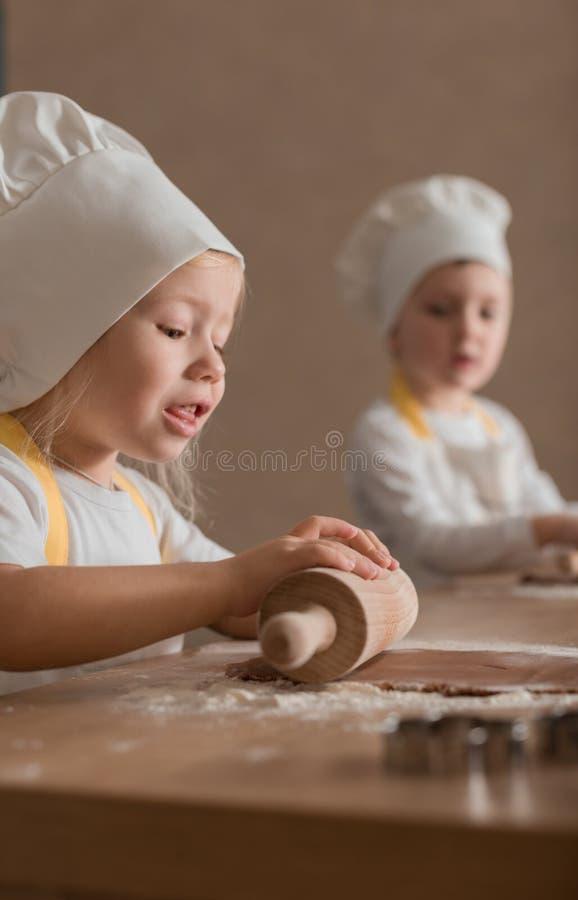 Glade barn i kocken Shape Bake Cookies Kulinariskt begrepp produkter för bageridesignbild royaltyfria foton