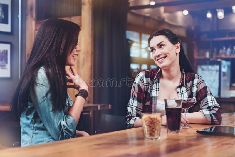 Glade förtjusta kvinnor som har en konversation royaltyfri fotografi