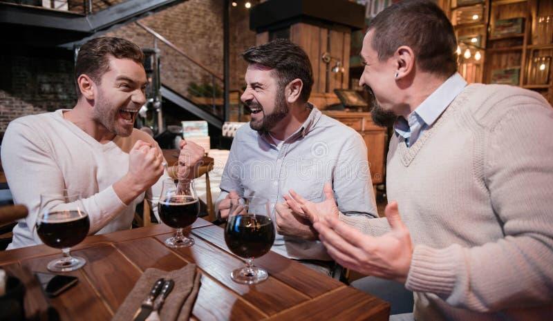 Glade förtjusta män som uttrycker deras lycka arkivbilder