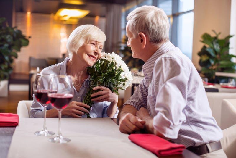 Glade mogna par som visar förälskelse royaltyfri foto