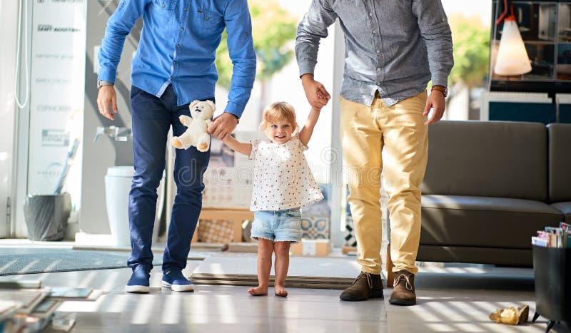 Glade par med barnet i lagret för hushåll arkivfoto