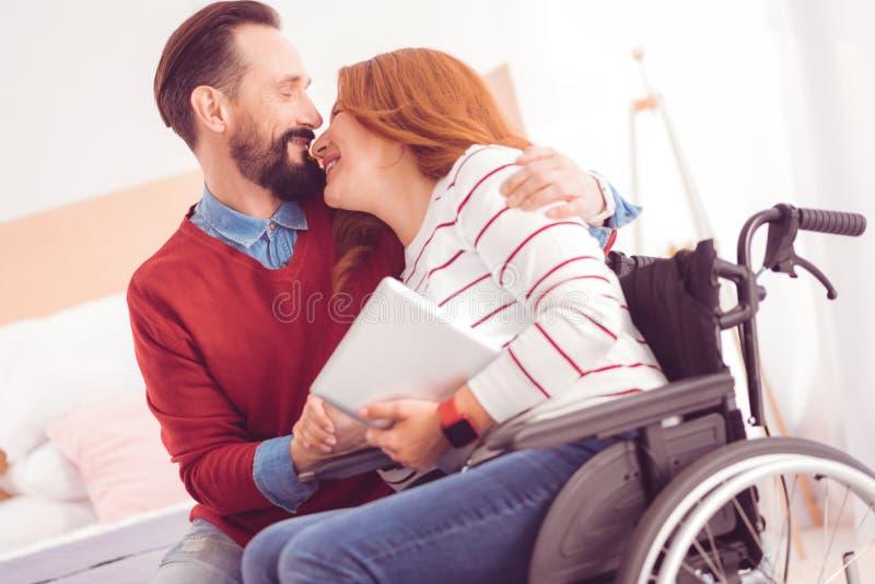 Glade par som hemma tycker om tid arkivfoto