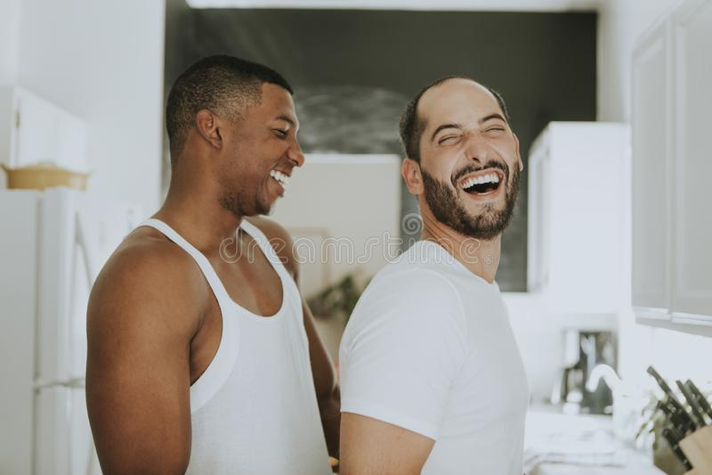Glade par som kramar i köket royaltyfria foton
