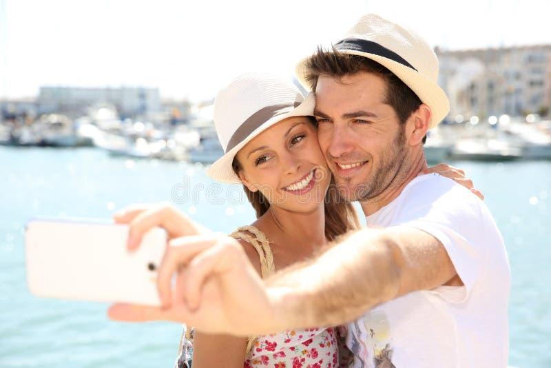 Glade par som tar selfiesouvenir arkivfoto