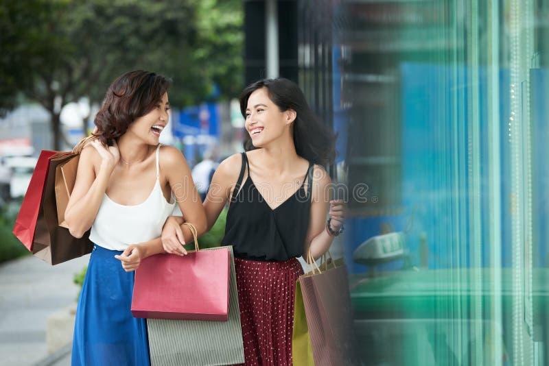 Glade shoppingflickor arkivfoto