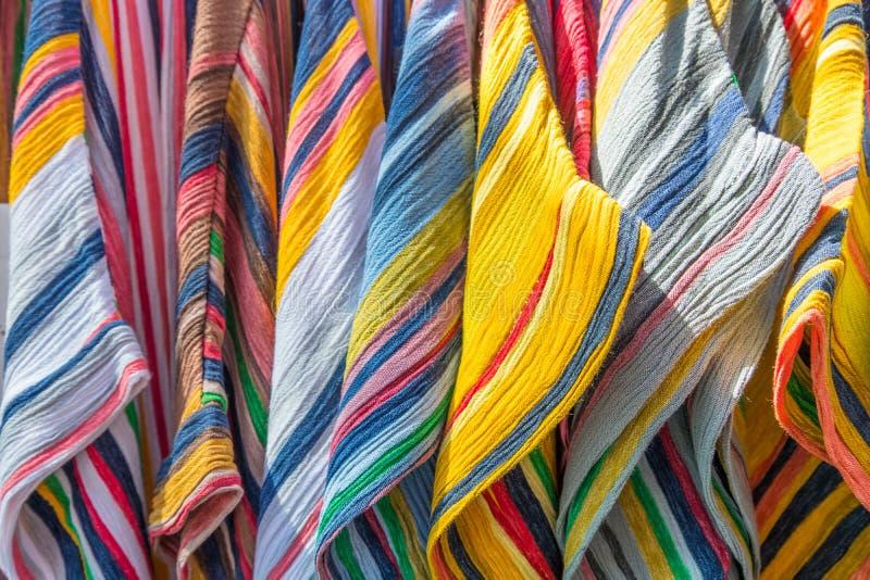 Glade sommarkvinnaklänningar på hängare royaltyfri fotografi