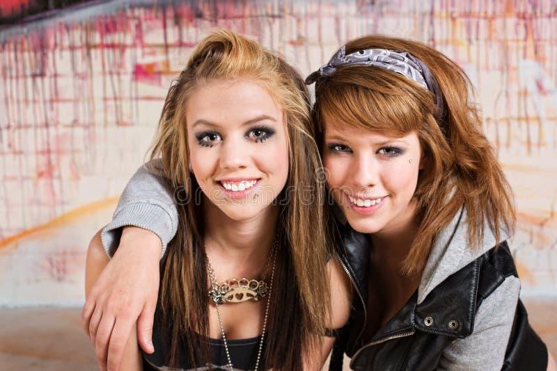 Glade tonåringar royaltyfri fotografi