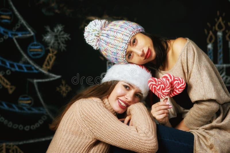 Glade unga kvinnor på julhelgdagsafton fotografering för bildbyråer