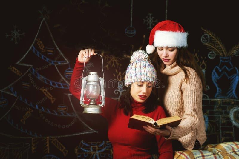 Glade unga kvinnor på julhelgdagsafton arkivfoton