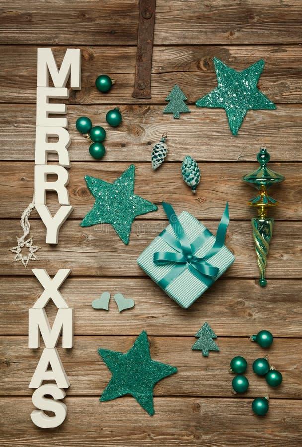 Glade Xmas-hälsningar av träbokstäver Julgarnering in royaltyfri bild