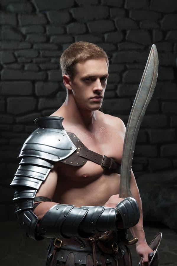 Gladiador con el escudo y la espada imágenes de archivo libres de regalías