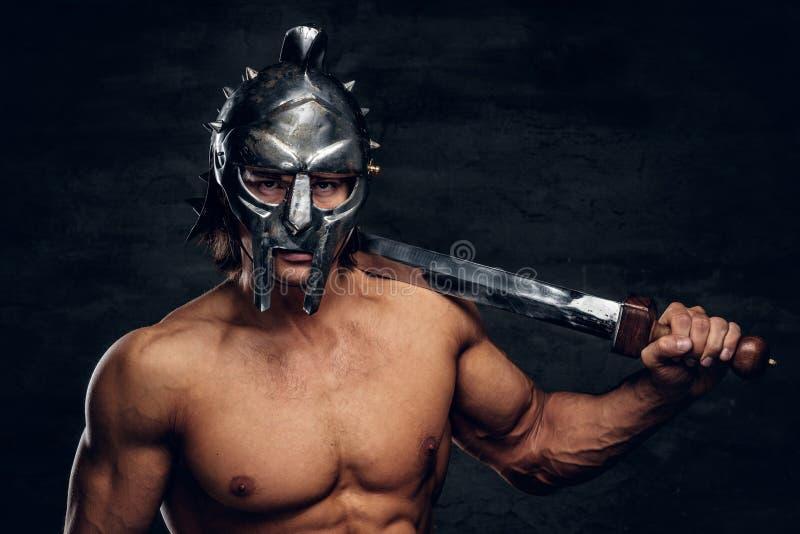 Gladiador fuerte con la espada en sus manos fotografía de archivo