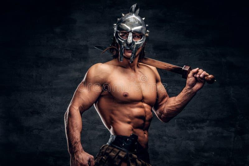 Gladiador fuerte con la espada en sus manos fotos de archivo