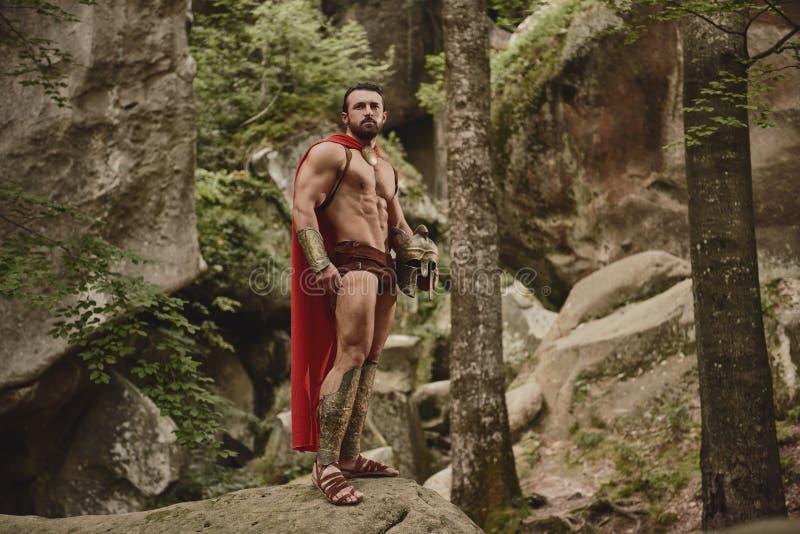Gladiador muscular en armadura imagen de archivo