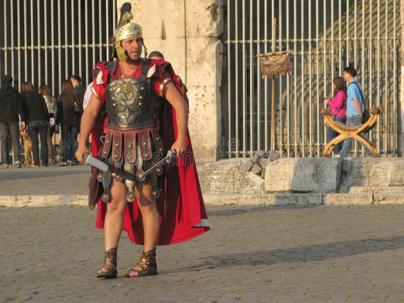 Gladiador na arena do coliseu fotografia de stock
