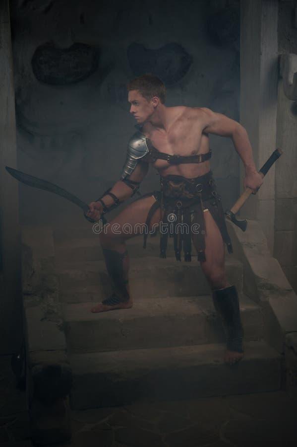 Gladiador na armadura que está em etapas de antigo fotografia de stock