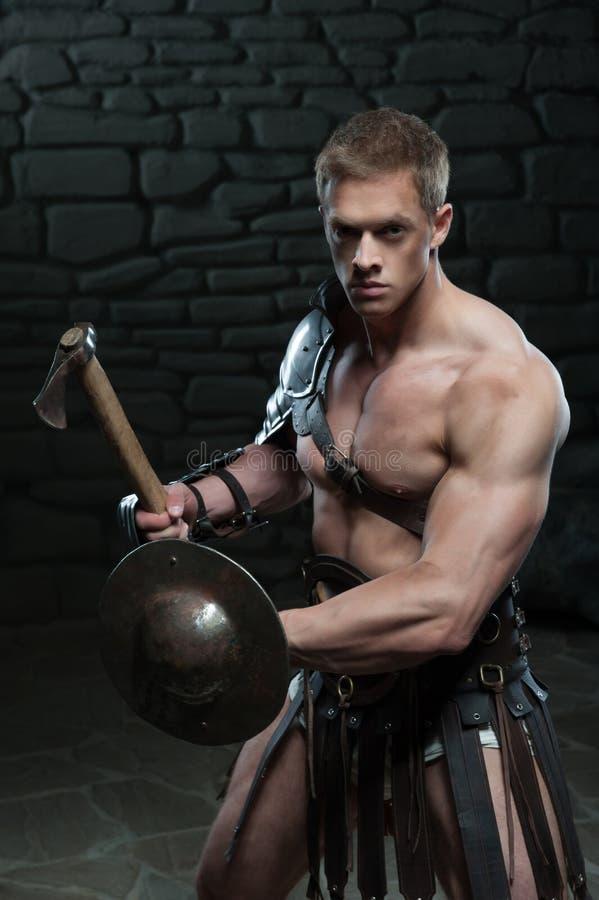Gladiator med skölden och yxan royaltyfri foto