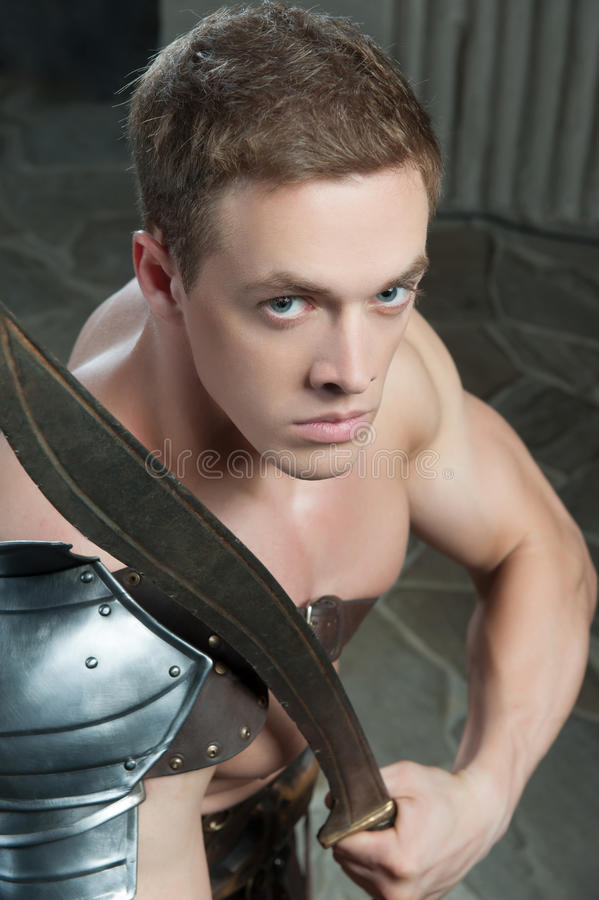 Gladiator met zwaard het knielen royalty-vrije stock afbeelding