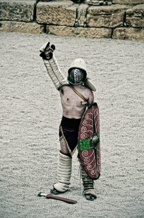 Gladiator på arenaen av den romerska amphitheateren av Tarragona, Spanien arkivfoton