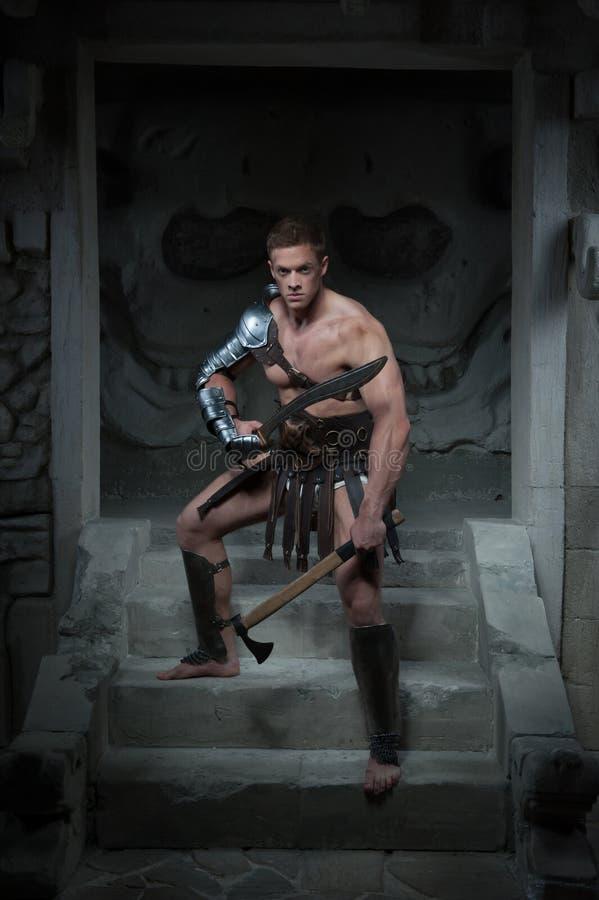 Gladiator in pantser die zich op stappen van oud bevinden royalty-vrije stock foto's