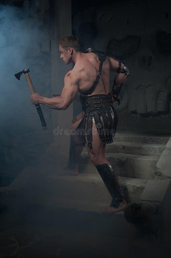 Gladiator w zbroi pozyci na krokach antyczny fotografia stock