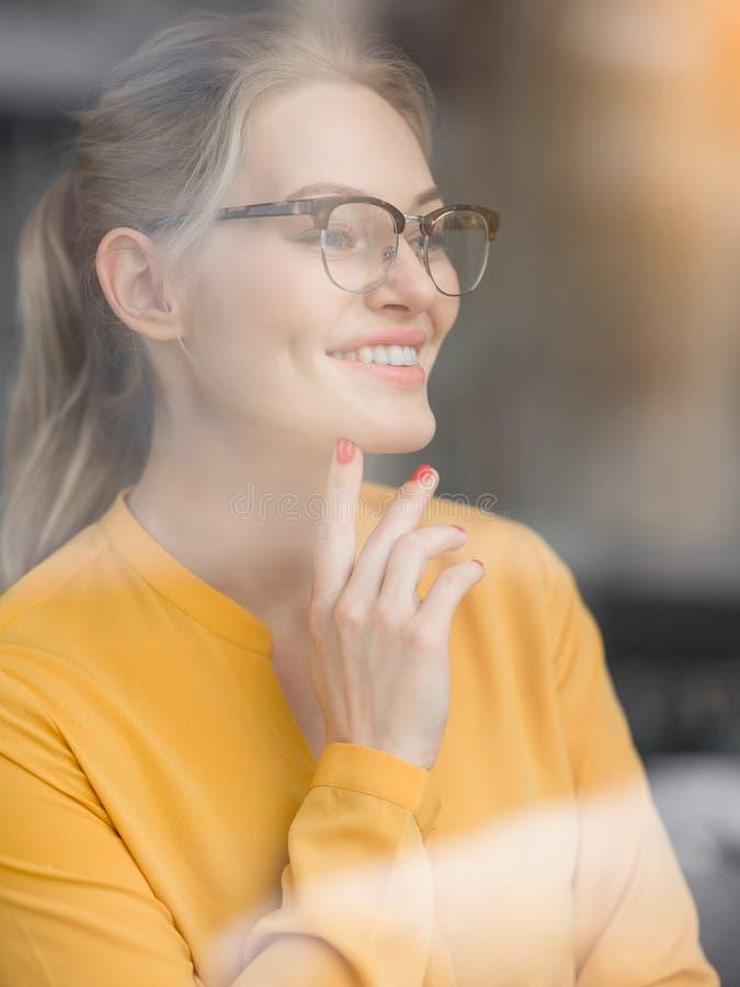Gladlynt affärskvinna som funderar på hennes affärsplan arkivbilder