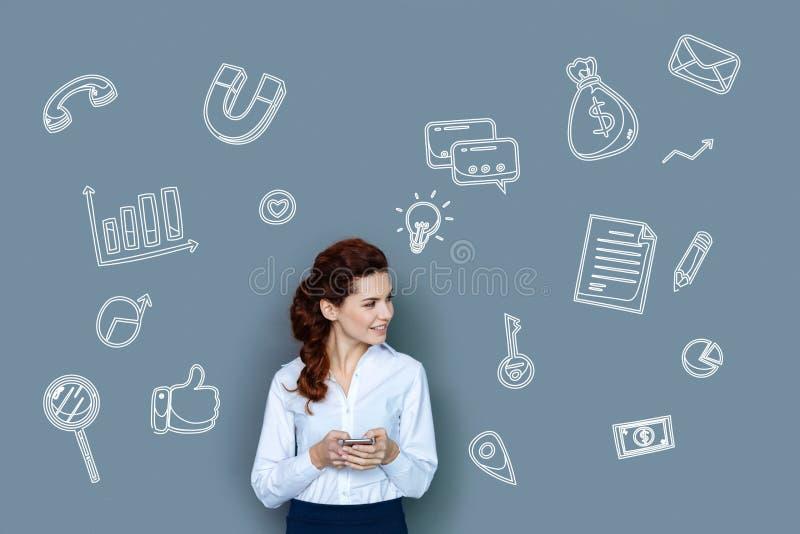 Gladlynt affärskvinna som ler, medan ha en produktiv dag arkivbild