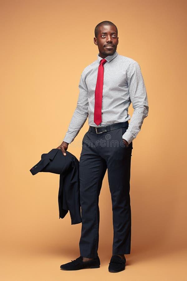 Gladlynt afrikansk affärsman som poserar på studion royaltyfria bilder