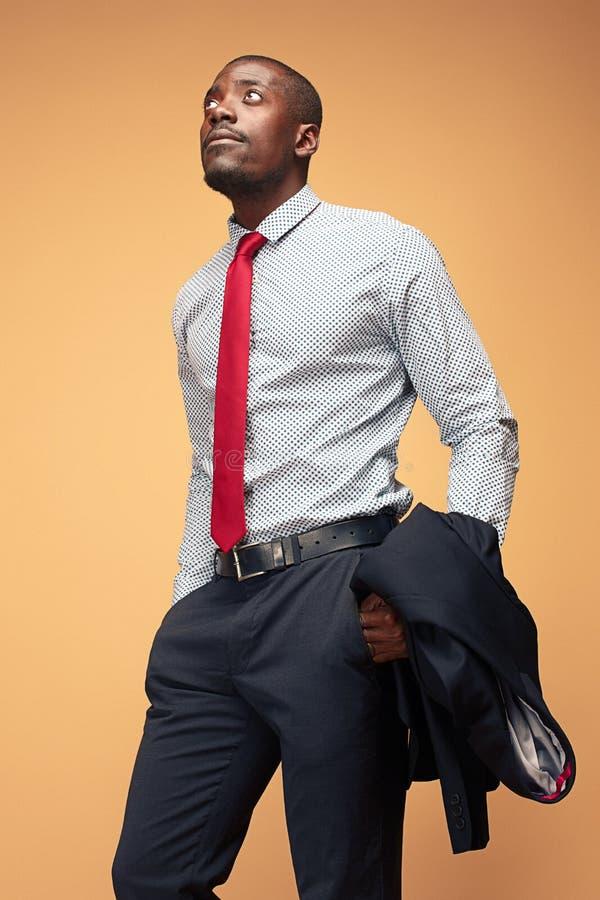 Gladlynt afrikansk affärsman som poserar på studion arkivfoto