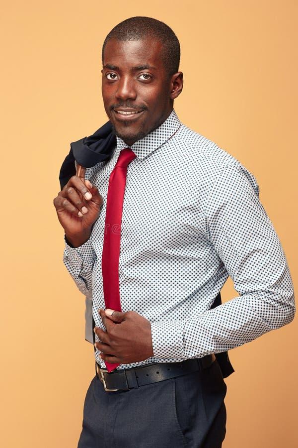 Gladlynt afrikansk affärsman som poserar på studion royaltyfri foto