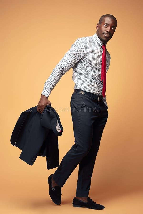 Gladlynt afrikansk affärsman som poserar på studion royaltyfri fotografi
