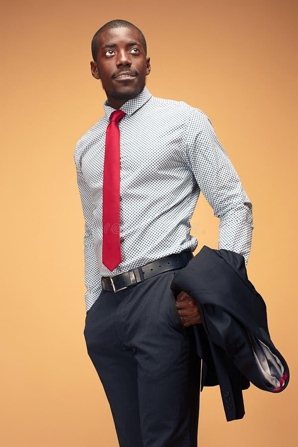 Gladlynt afrikansk affärsman som poserar på studion arkivbilder