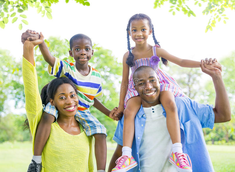 Gladlynt afrikansk familjbindning utomhus royaltyfri foto