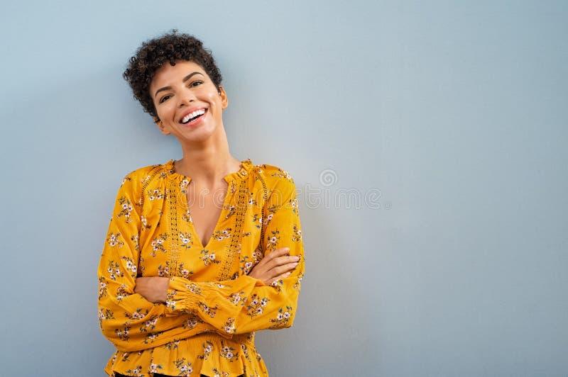 Gladlynt afrikanskt le för kvinna royaltyfri bild