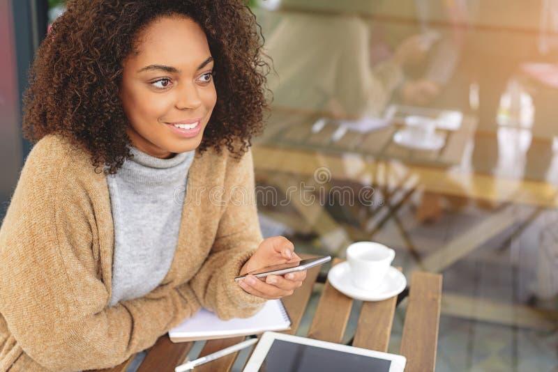 gladlynt användande kvinnabarn för mobiltelefon royaltyfri bild