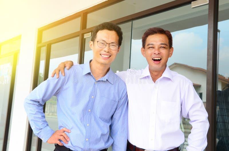 Gladlynt asiatisk affärsman fotografering för bildbyråer
