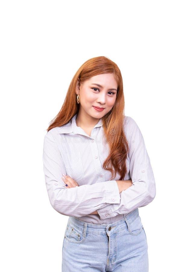 Gladlynt asiatisk kvinna att korsa ens arm som vippar p? hennes halsar och le som isoleras p? vit bakgrund med urklippbanan royaltyfria foton