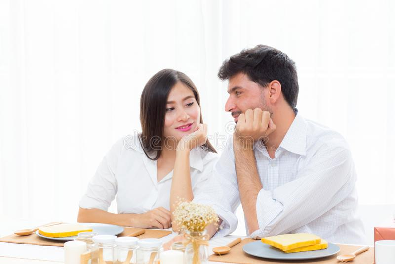 Gladlynt asiatisk ung man och kvinna som har sammanträdelunch och tillsammans talar royaltyfri foto